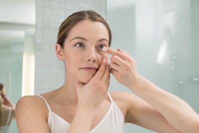 Para prevenir o coronavírus, troque as lentes de contato pelos óculos