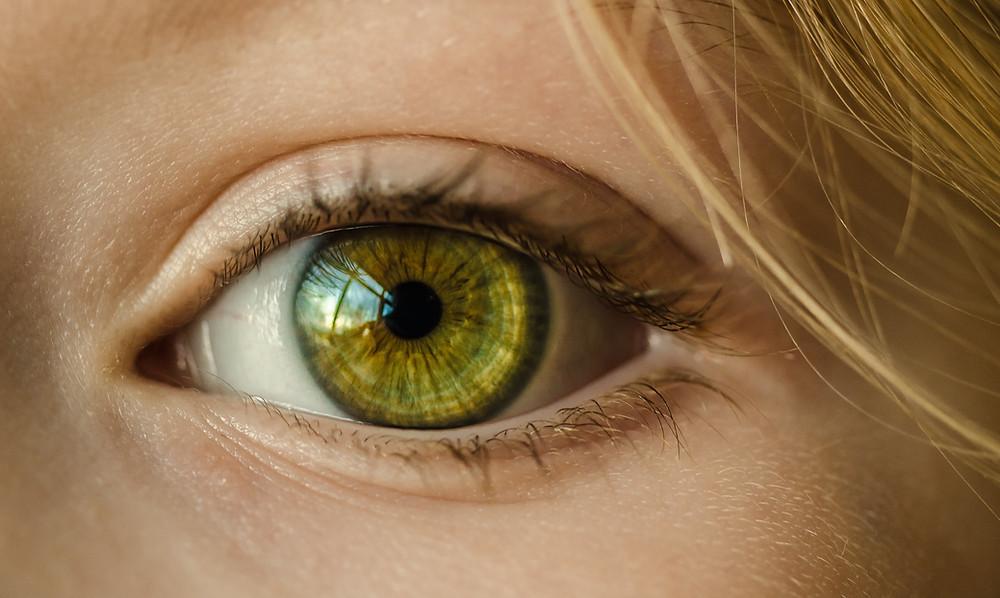 Olhos claros são mais sensíveis: VERDADE