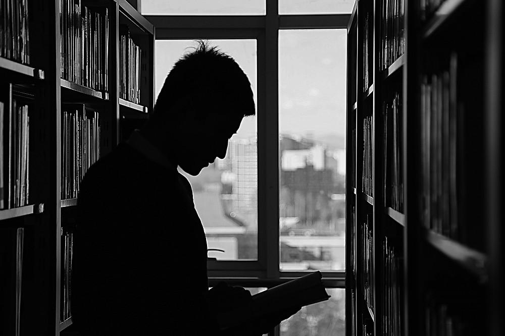 Ler no escuro é prejudicial: DEPENDE