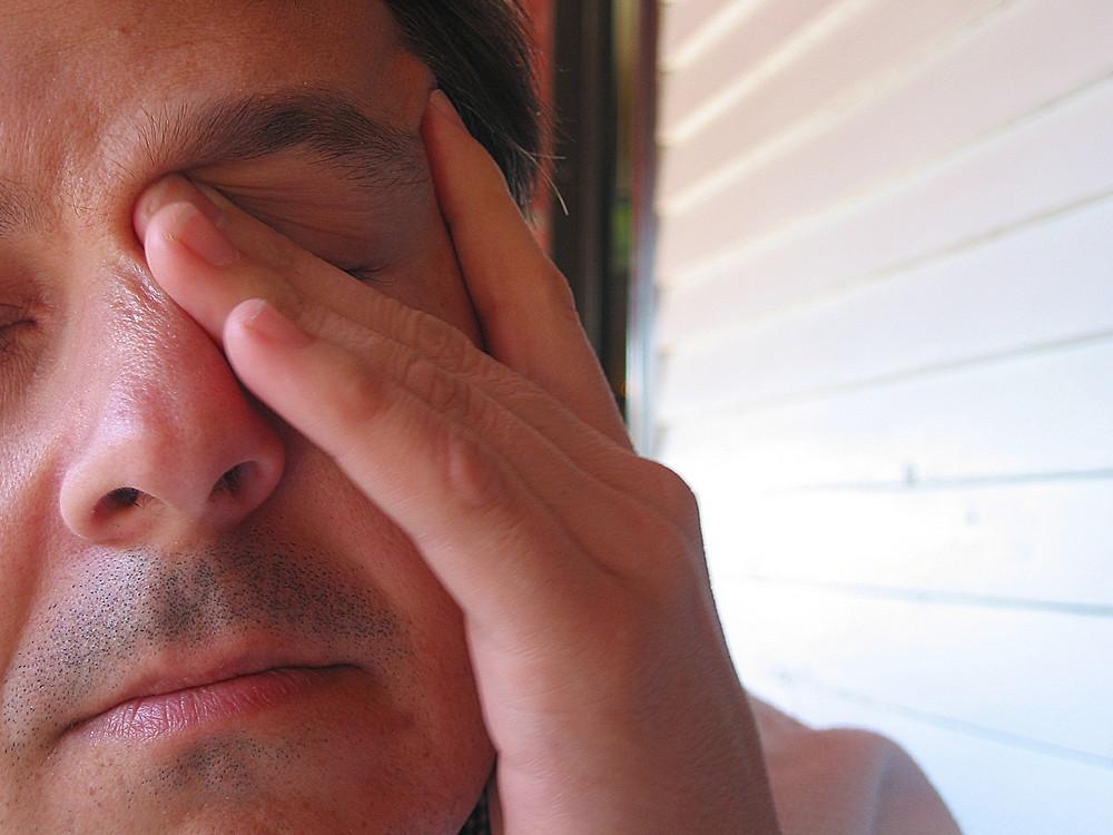 9) Coçar o olho é perigoso?