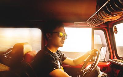 Cor dos óculos escuros pode ajudar ou atrapalhar na hora de dirigir
