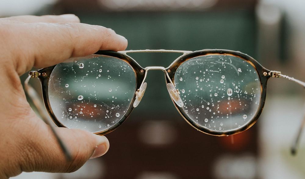 Aprenda a limpar corretamente um óculos de grau ou de sol