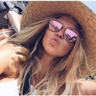Tendências do verão 2019: aposte em óculos míni, com lente colorida e retrô.