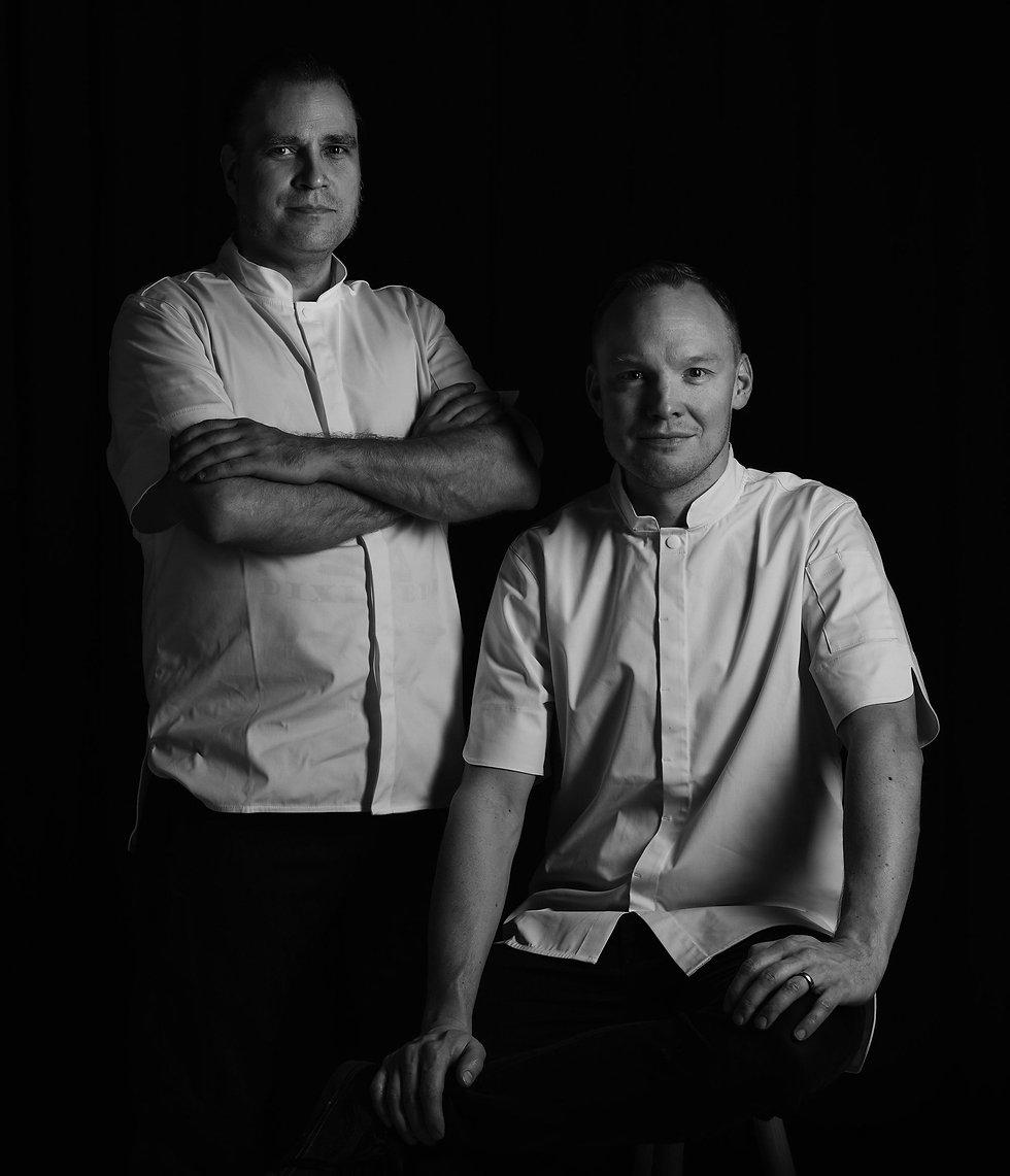 PAHE CATERINGIN kokit Pasi Pärssinen ja Heikki Liekola poseeraavat vieretysten ja hymyilevät sinulle.