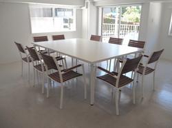 テーブル2台と椅子10脚を配置