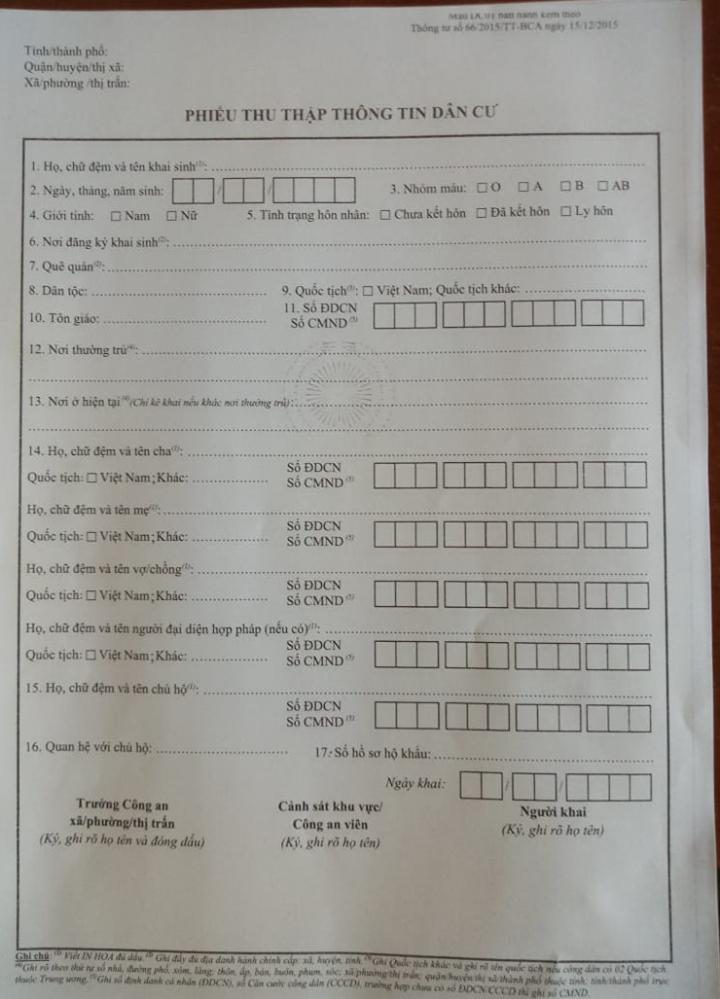 Phiếu thu thập thông tin dân cư được công an huyện Đam Rông xuống tận nơi hướng dẫn cho người dân cách điền phiếu này.