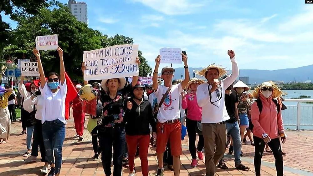Nhóm đi đầu trong cuộc biểu tình lúc sáng Chủ Nhật, 10 tháng Sáu, năm 2018, tại Đà Nẵng - VOA