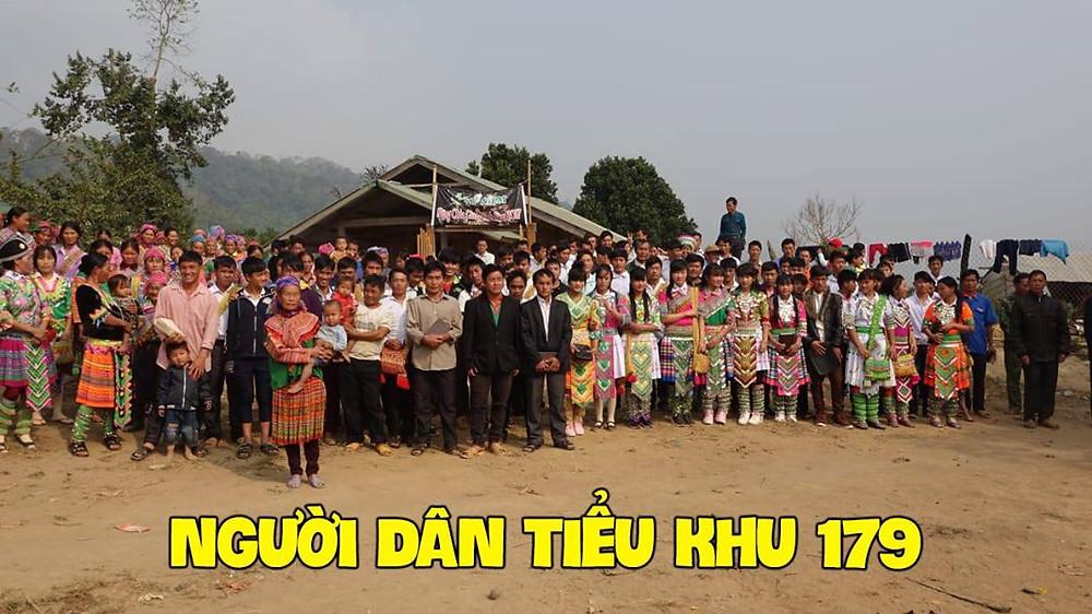 Người dân Tiểu khu 179 trong một buổi cầu nguyện