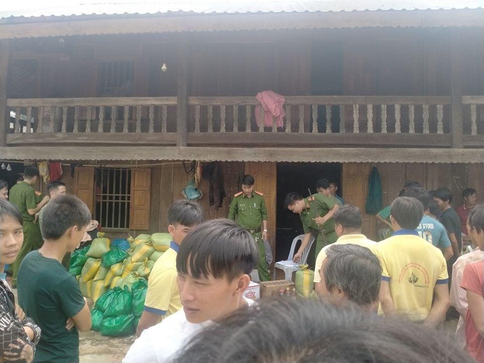 Chính quyền mang 1000 kg gạo tới phát cho người dân Tiểu khu 179.