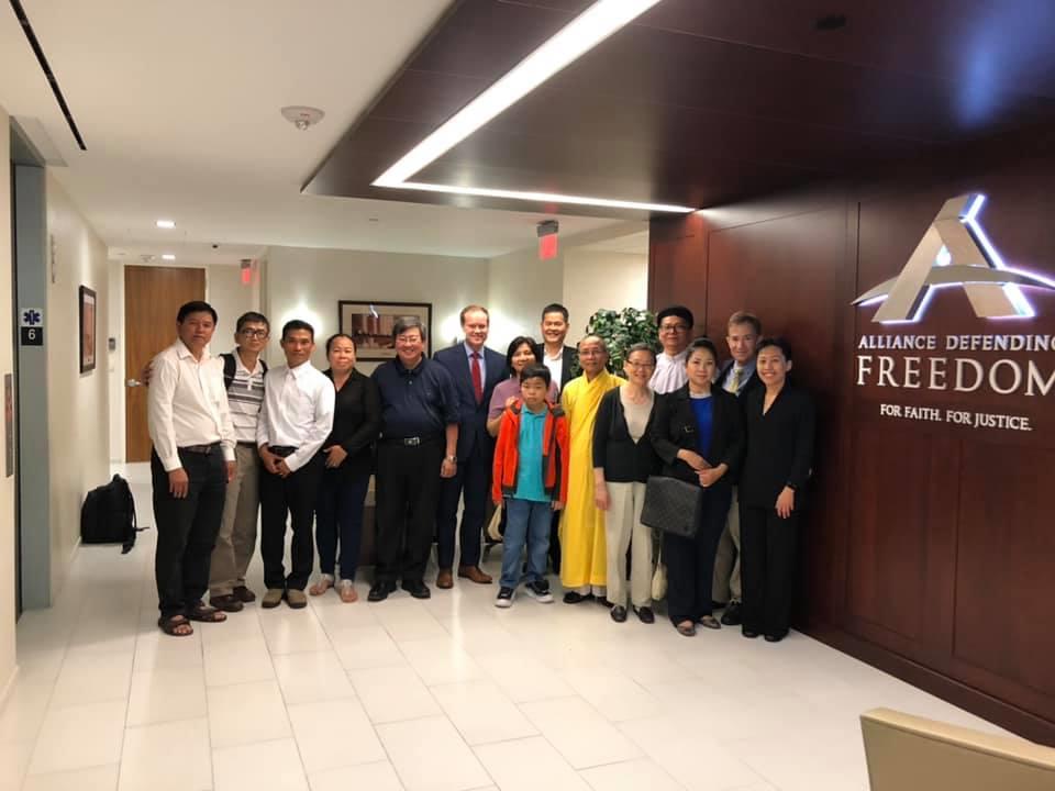 Thành viên một số nhóm tôn giáo tại một buổi họp ở văn phòng ADF tại Washington DC để trình bày về những vấn nạn ảnh hưởng tới các cộng đồng tôn giáo như: Phật Giáo, Công Giáo, Tin Lành, Cao Đài, Phật Giáo Hòa Hảo...