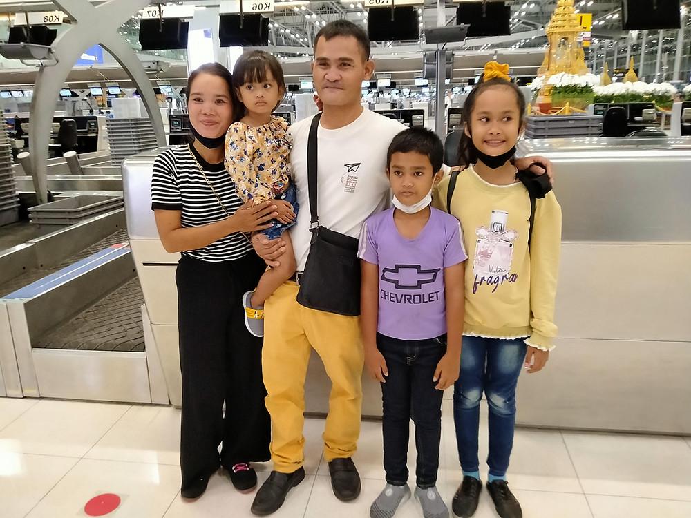Gia đình anh Nay Them và cô Siu H Kli tại phi trường Bangkok hôm 18/8