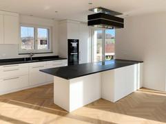 Küche weiss mit Granitabdeckung