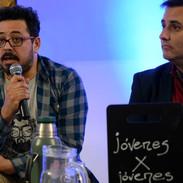 El Pacha Sánchez contesta preguntas de los jóvenes.
