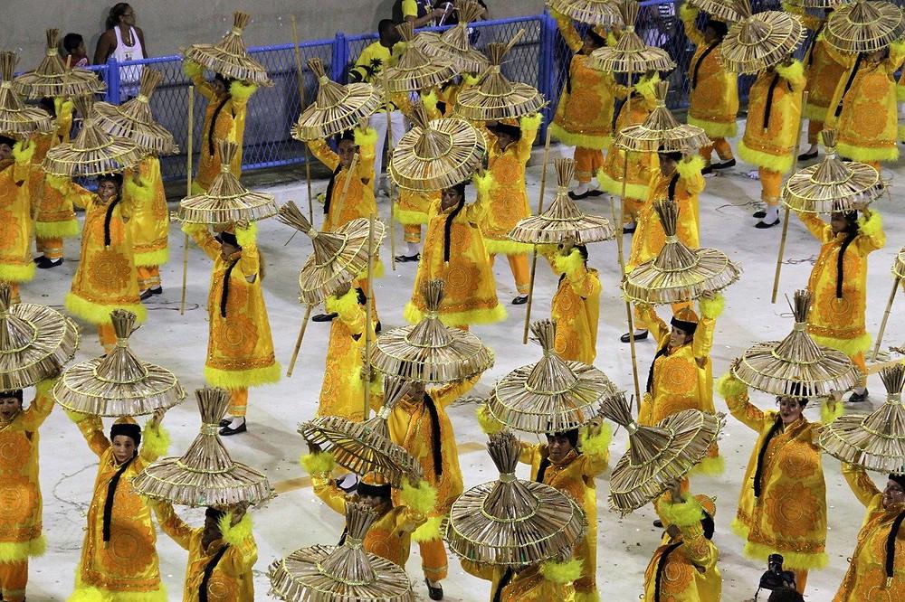mpressionante a evolução cadenciada de um grupo imenso de pessoas na passarela do samba (Foto: Pixabay)