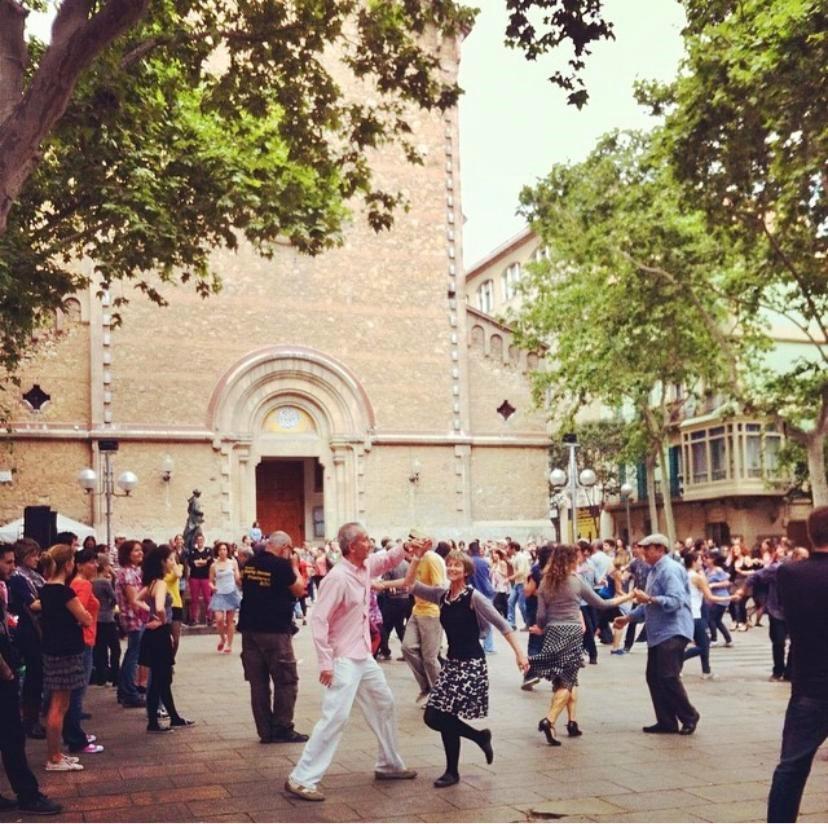 Praça no bairro da Garcia em Barcelona e dança