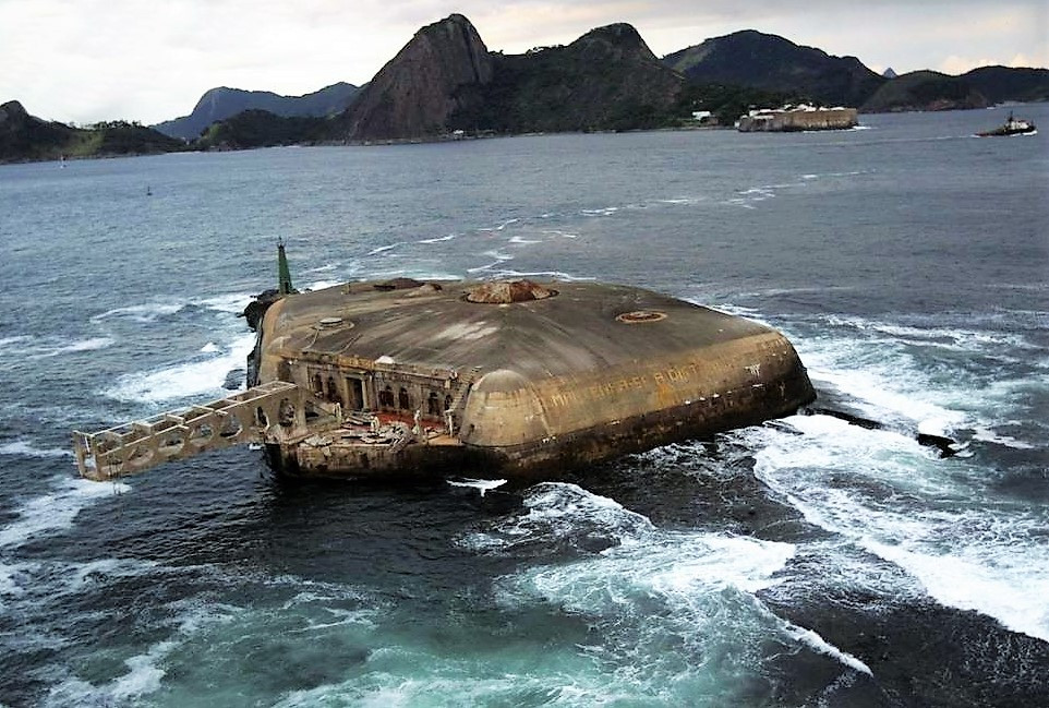 Forte Tamandaré da Lage no meio da baía de Guanabara.