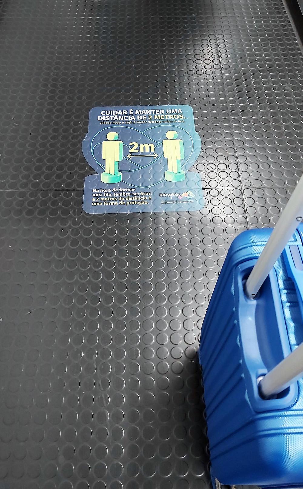 Avisos no piso do aeroporto do Rio