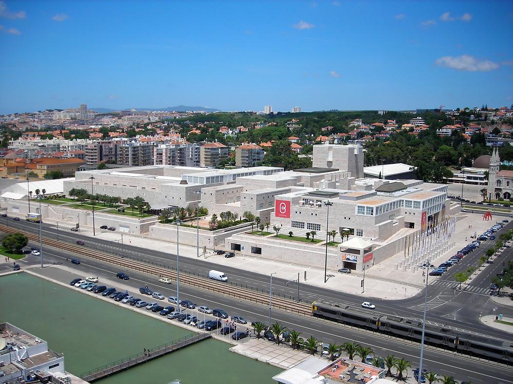 Vista aérea do CCB, Centro Cultural Belém às margens do Rio Tejo (Foto: Divulgação)