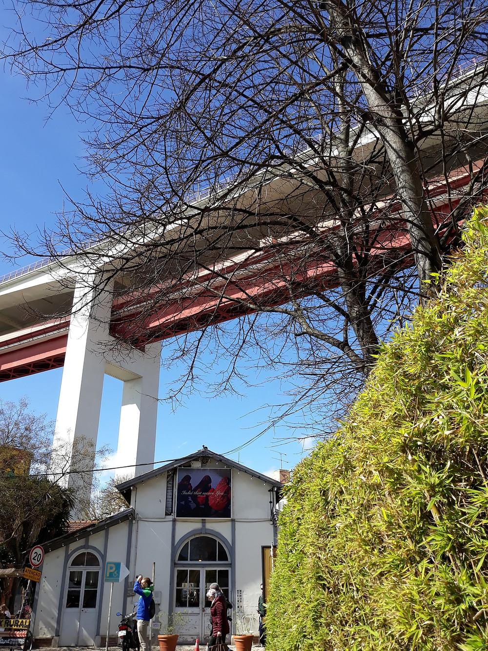 Por cima da LX Factory, a ponte 25 de Abril (Foto: Guiga Soares)