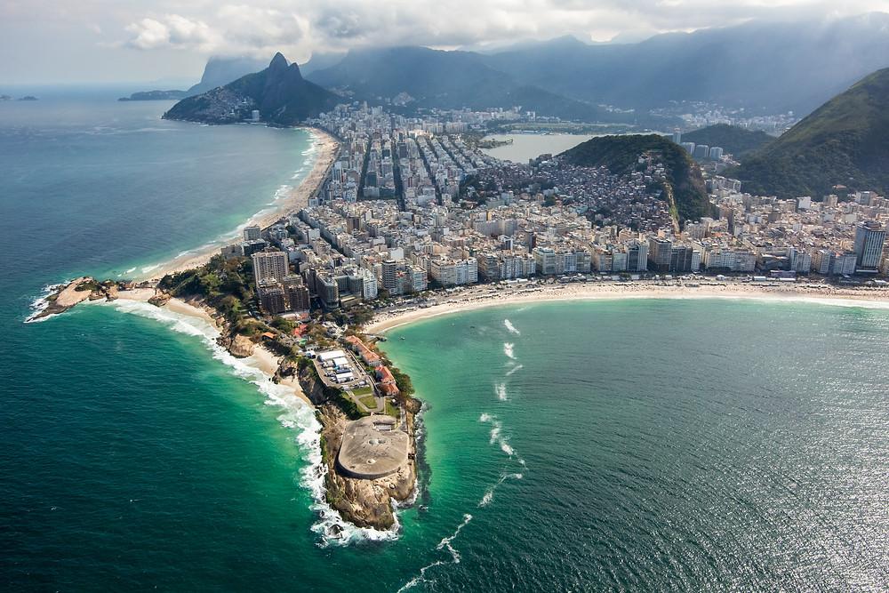 A bela vista da área onde está  o Forte de Copacabana e ao fundo o Morro Dois Irmãos (Foto: Exército Brasileiro)