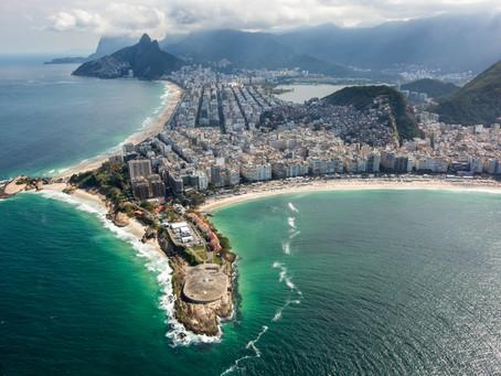 Forte de Copacabana de frente para o mar do bairro que o batizou