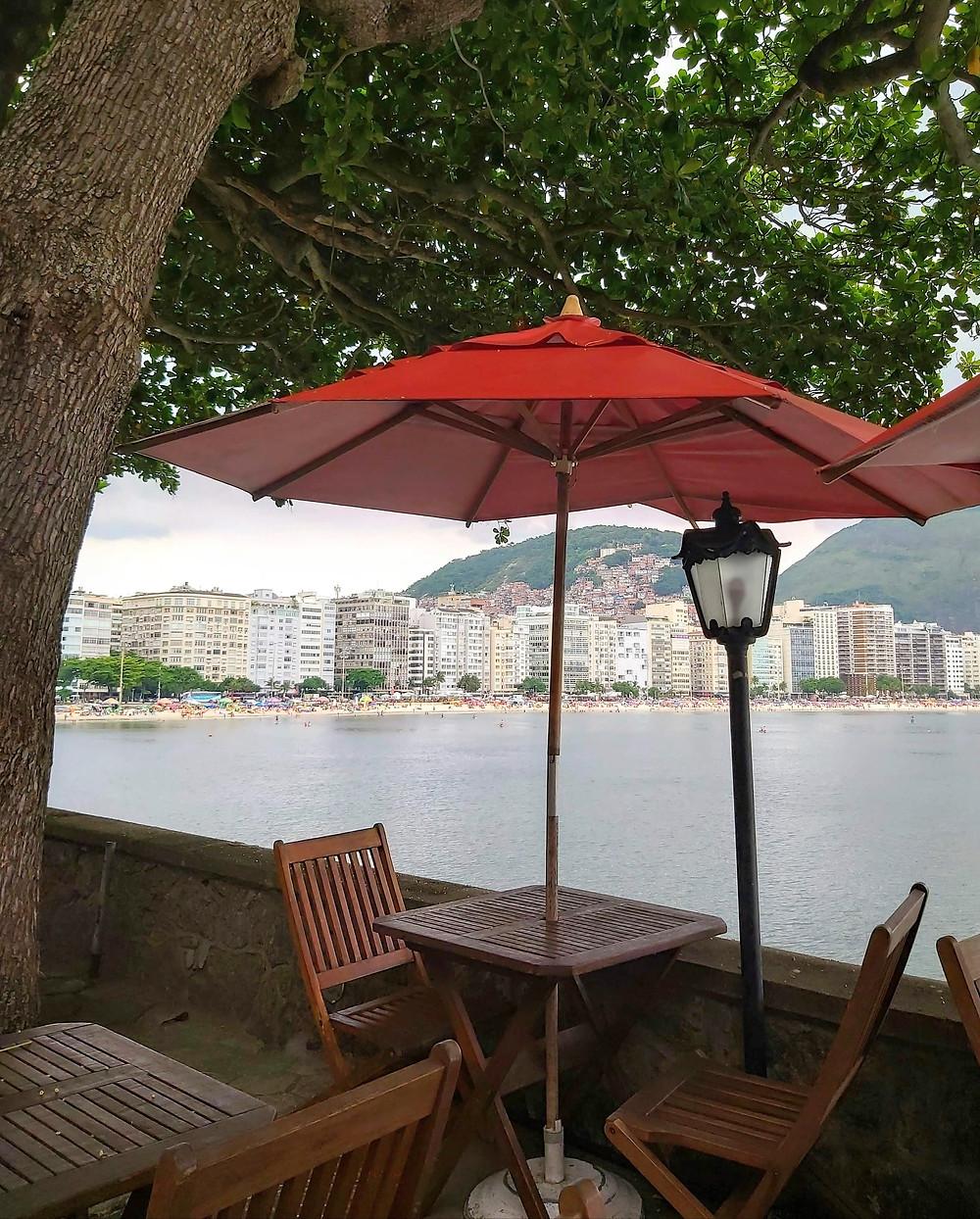 Mesinhas que ficam do lado de fora dos cafés são um convite ao papo longo e sem hora para acabar ( Foto: Guiga Soares)