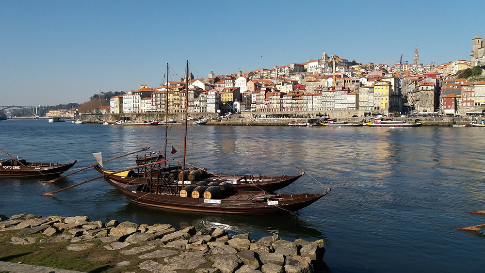 Vista da cidade do Porto a partir da margens do Rio Douro em Vila Nova de Gaia