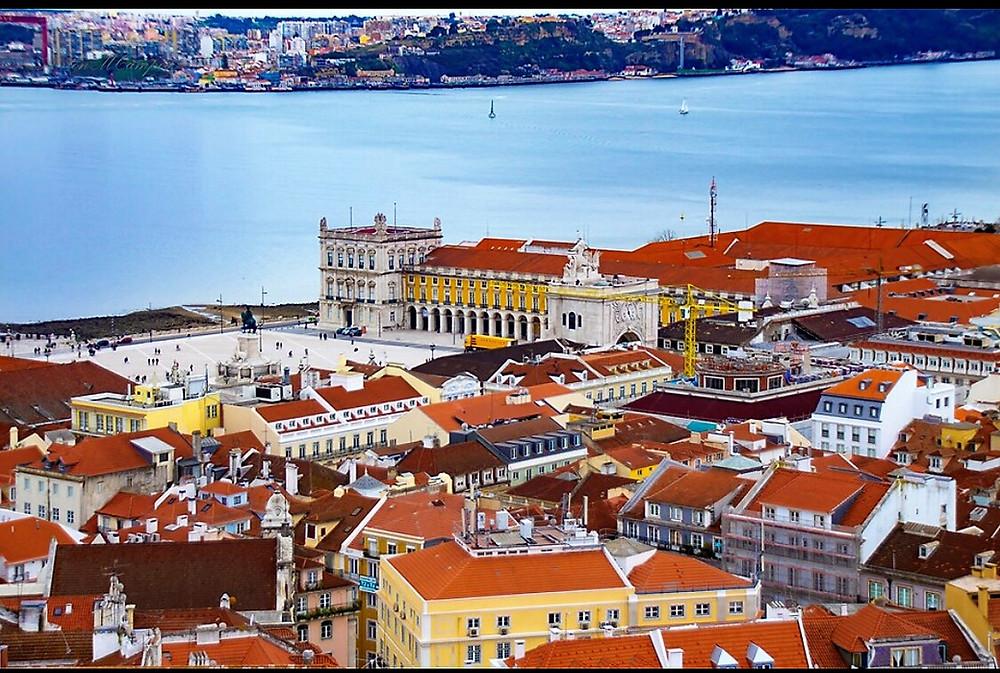 Telhados de Lisboa e vista do rio Tejo