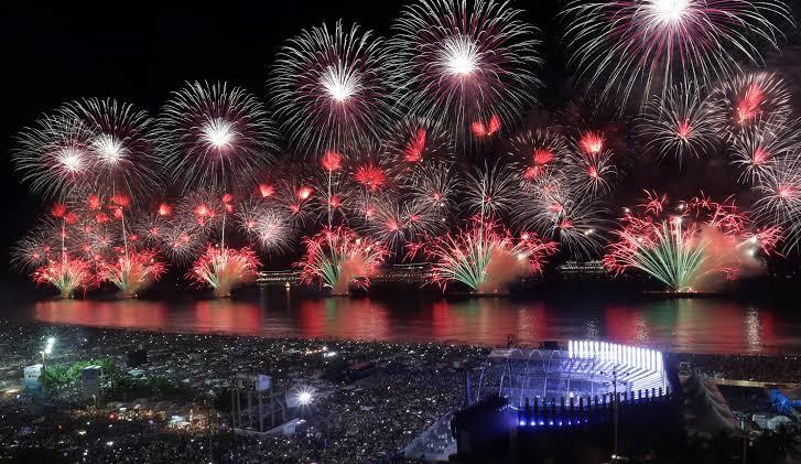 O espetáculo da queima de fogos que ficam em balsas ao longo do mar de Copacabana (Foto: O Globo)