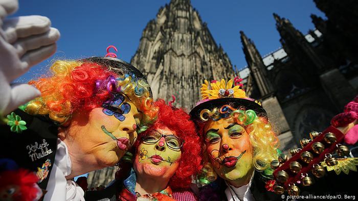 As mulheres abrem os desfiles do Carnaval da segunda-feira.