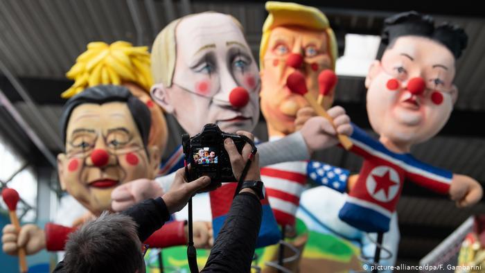 Bonecos gigantes com caras de políticos fazem a festa do Carnaval em Düssendorf.