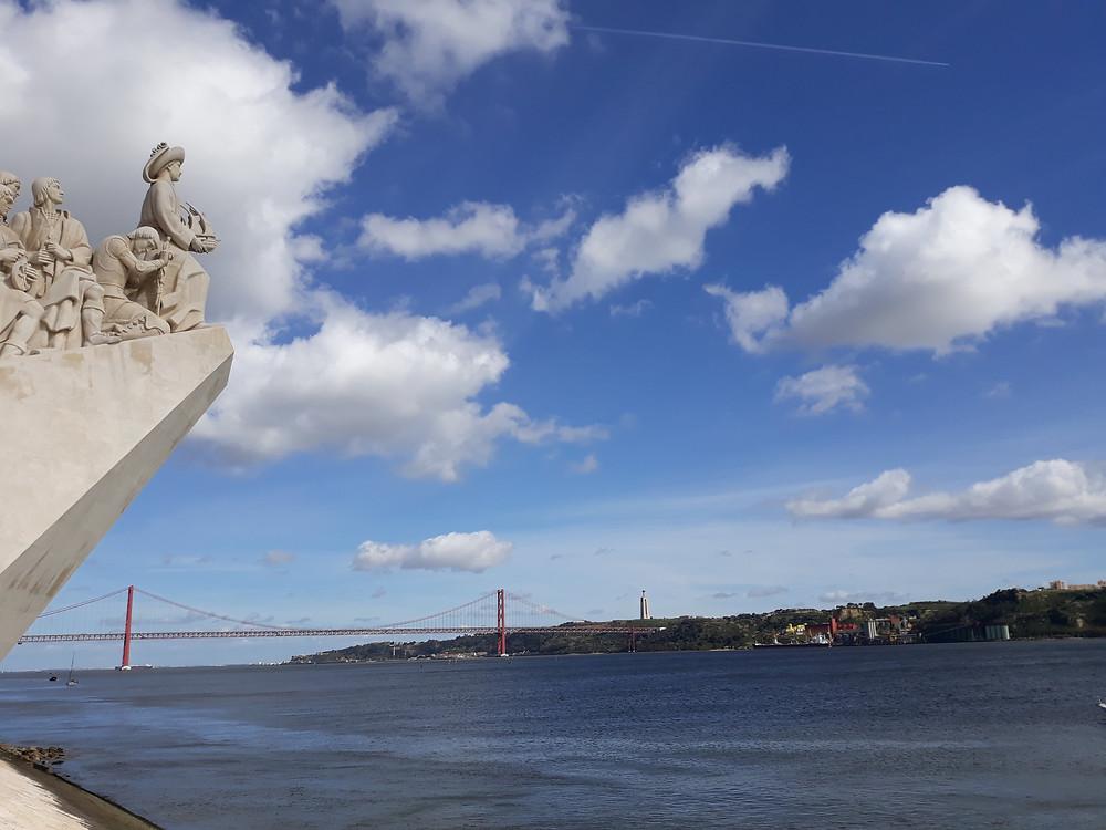 Monumento aos Navegadores e ao fundo a ponte 25 de Abril sobre o rio Tejo