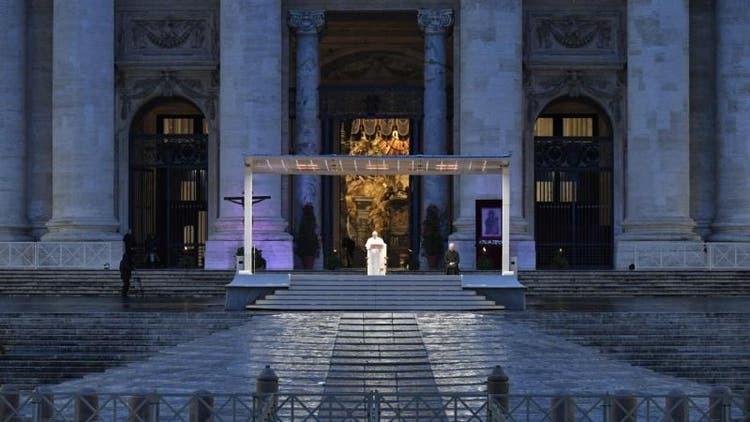 Papa Francisco ora sozinho na Praça São Pedro no Vaticano