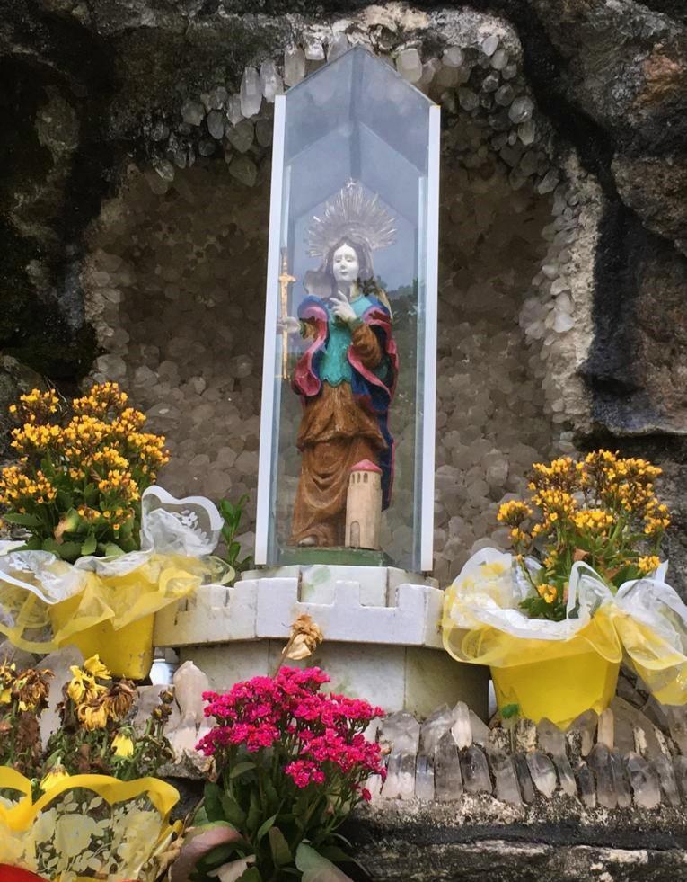 Essa é a gruta de Nossa Senhora de Copacabana que deu origem ao nome do forte e do bairro (Foto: Sonaira d'Ávila)