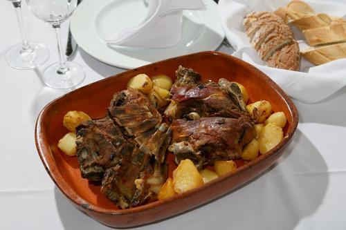Cabrito com batatas asadas em Portugal na Páscoa