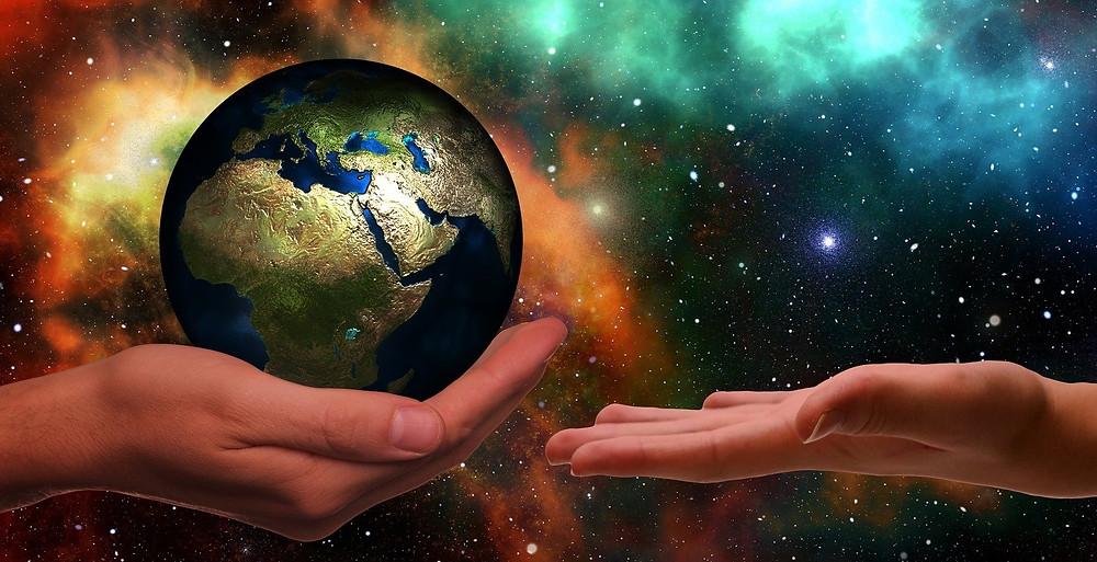 Planeta Terra nas mãos, Pixabay