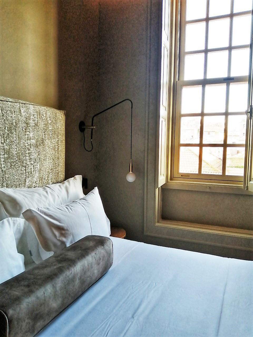 A cama do quarto 34 do Hotel Porto Bay Flores em Portugal
