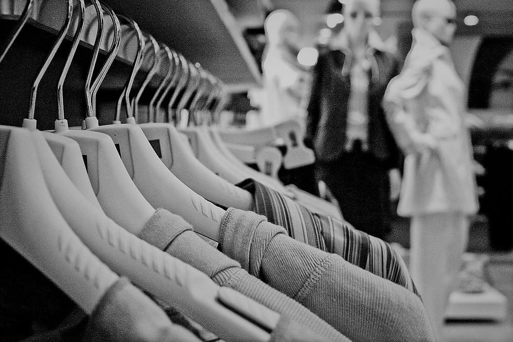 Festa de Ano Novo por aqui é com roupa escura, casaco, suéter ou pretinho básico (Foto: Pixabay)