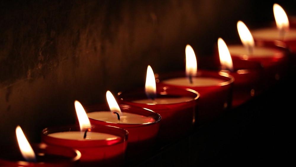 Velas e oração em nome da saúde do mundo