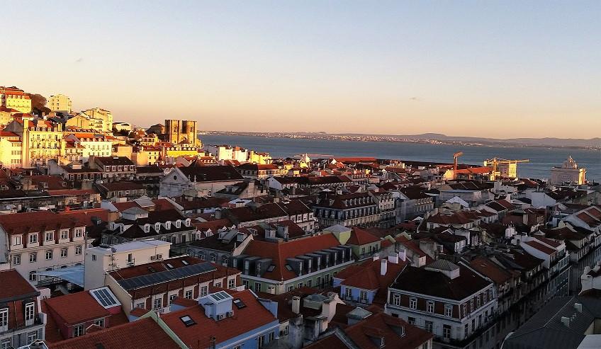 Vista do alto do bairro de Alfama, Lisboa, Portugal