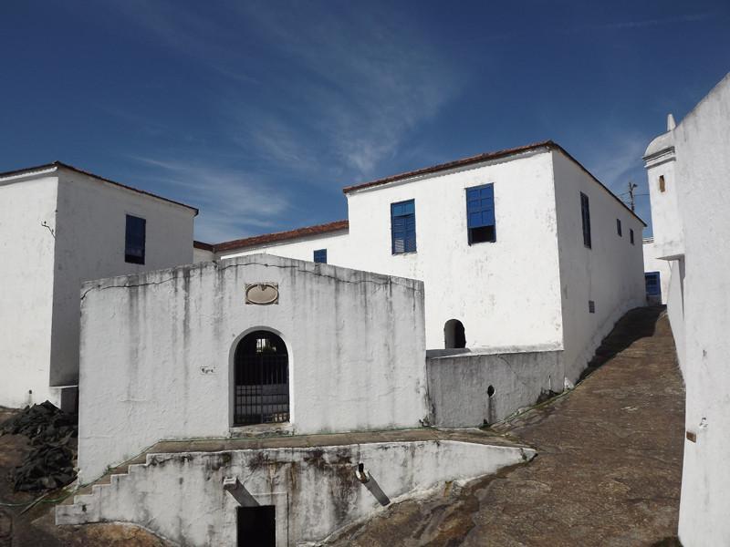 O sobe e desce dentro da fortaleza construída em cima de uma área rochosa (Foto: Fundação Cultural do Exército)