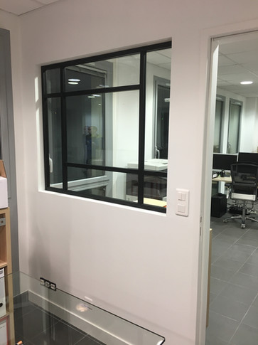 Une verrière au design unique dans un bureau à  vannes