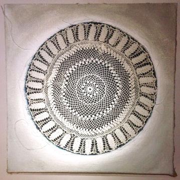 Cratère dentelle  Peinture, broderie, tissus, pigments 80/80 cm