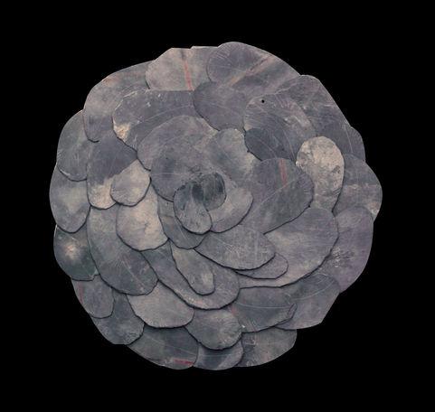 Fleur d'ardoises Ardoises arrondies 1 sans fond noir. Diamètre: 45 cm