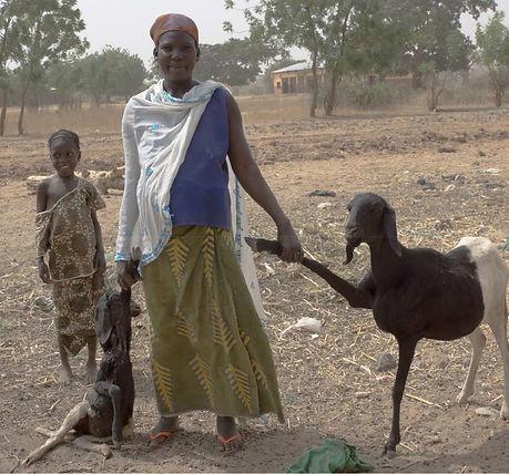 Perma Nord Bénin ; Karimama une femme une chèvre