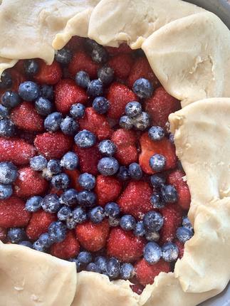 La tarte rustique aux fruits rouges de saison, entre fraise, mûre et myrtille... Un vrai régal pour les papilles!