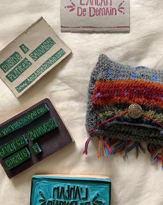 La joie de graver le tampon qui permet dorénavent d'orner mes cartes de visite de récupération... Guiguant juste à leur droite, une nouvelle pochette tricotée!