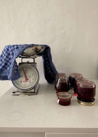 Quelques petits bocaux de confiture de raisinet, pour le plaisir acidulé de la tartine du matin