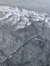 Les craquelures des lacs gelés, ces géants qui nous cèdent le passage le temps d'une saison.