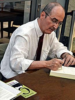 """Dr. Ronaldo Marin durante o lançamento o livro """"Shakespeare 450 anos"""" na Biblioteca Mário de Andrade"""